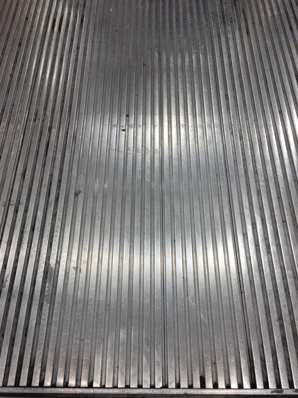 Mozgójárda előtti fém padlózat tisztítása Rotowash mozgólépcső tisztító géppel