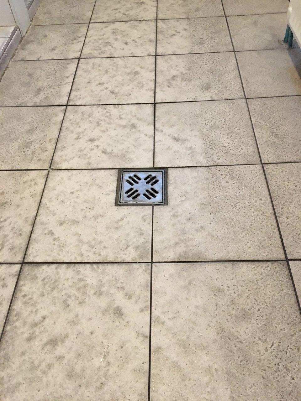 Uszodai öltőző kerámia padlójának takarítása tiszta vízzel Rotowash padlótisztító géppel
