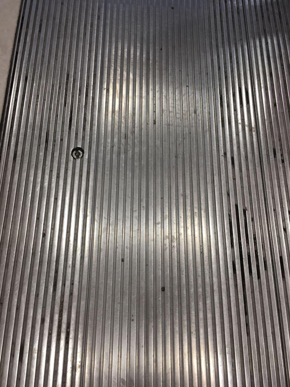 Mozgólépcső előtti fém padlózat takarítása Rotowash ipari súrológéppel