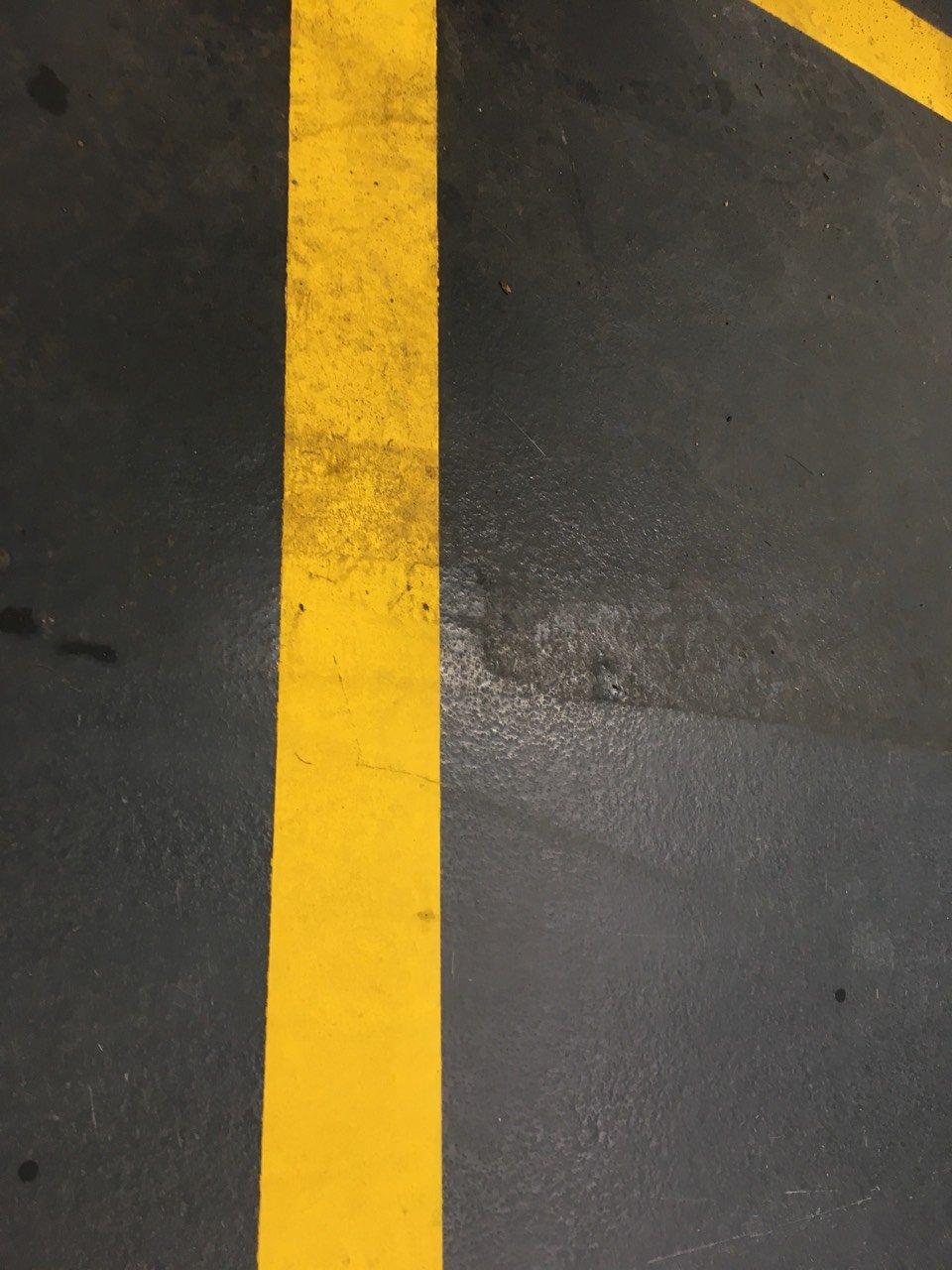 Autószerelő műhely műgyanta bevonat tisztítása Rotowash ipari súroló berendezéssel