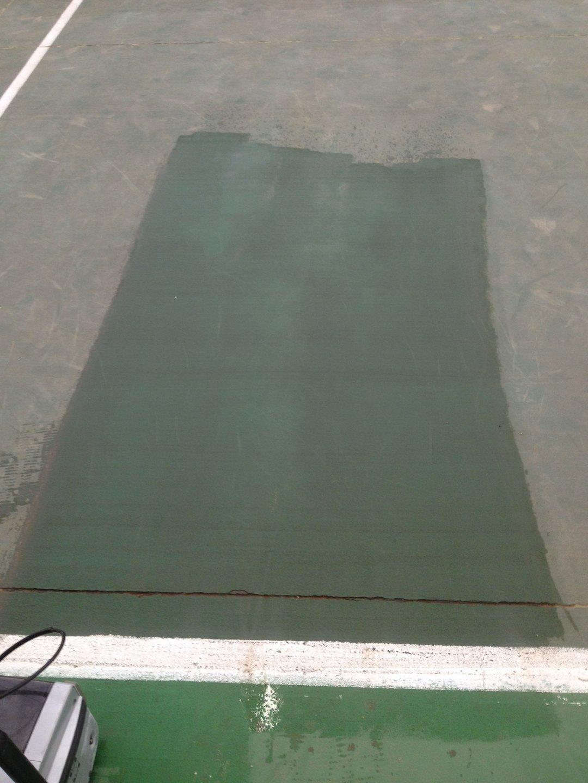Teniszpálya műanyag bevonat takarítása Rotowash ipari padlósúroló géppel