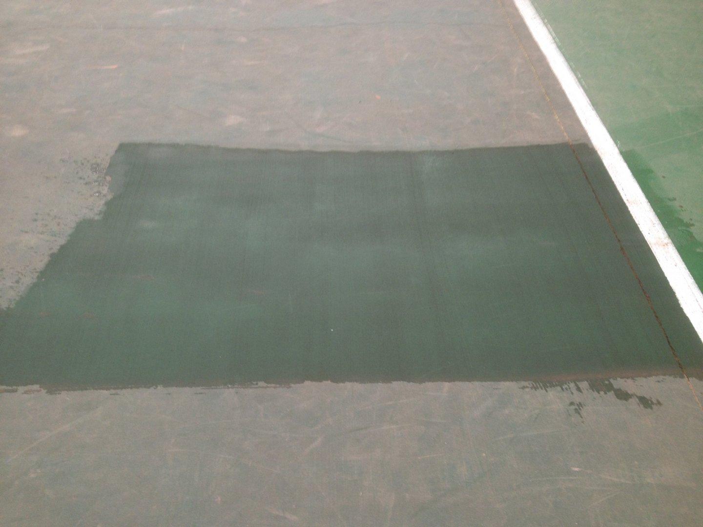 Teniszpálya műanyag bevonat takarítása Rotowash ipari padlósúroló berendezéssel