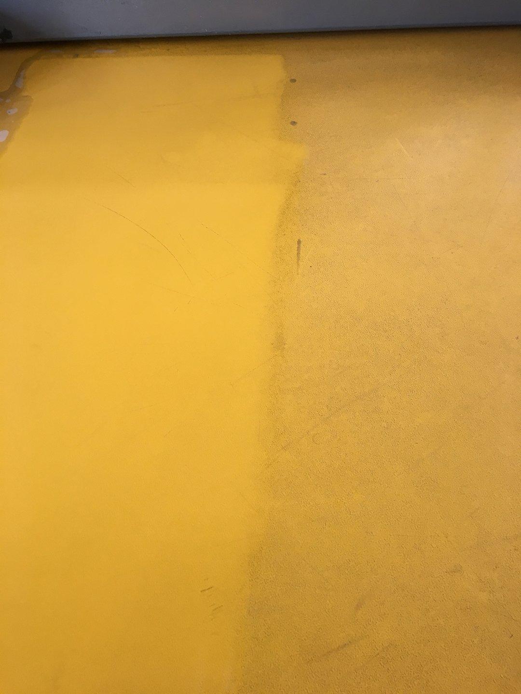 Fitness műanyag padló tisztítása Rotowash padlósúroló berendezéssel