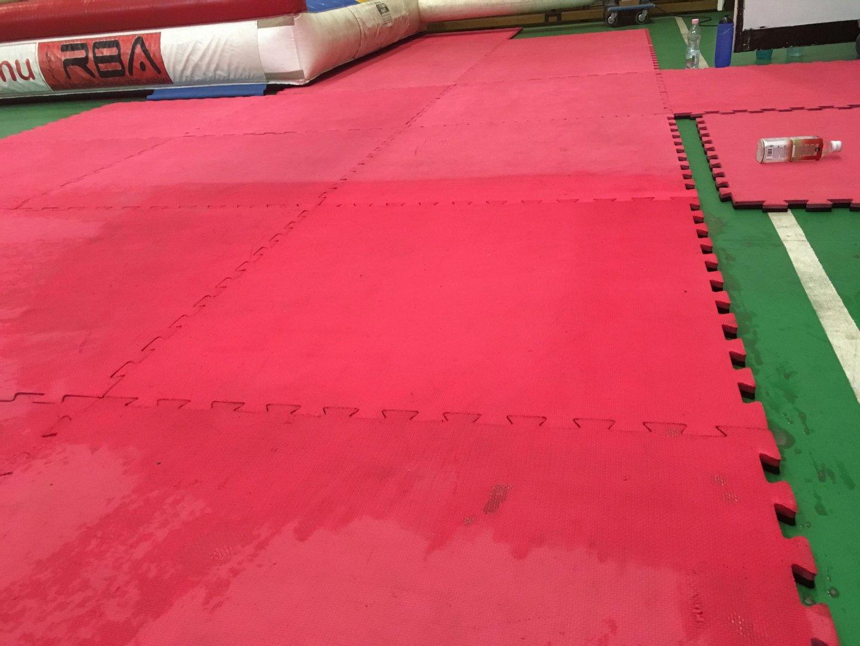Fitness recortan padló takarítása csapvízzel Rotowash padlótisztító géppel