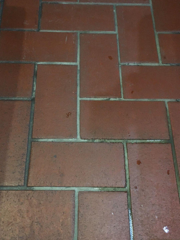 Pince tégla padlózat súrolása Rotowash súrológéppel