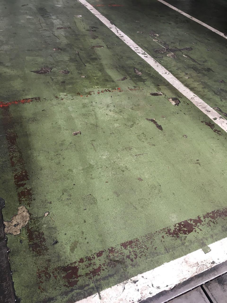 Műgyanta bevonatú ipari kőpadló tisztítása csapvízzel Rotowash súroló géppel