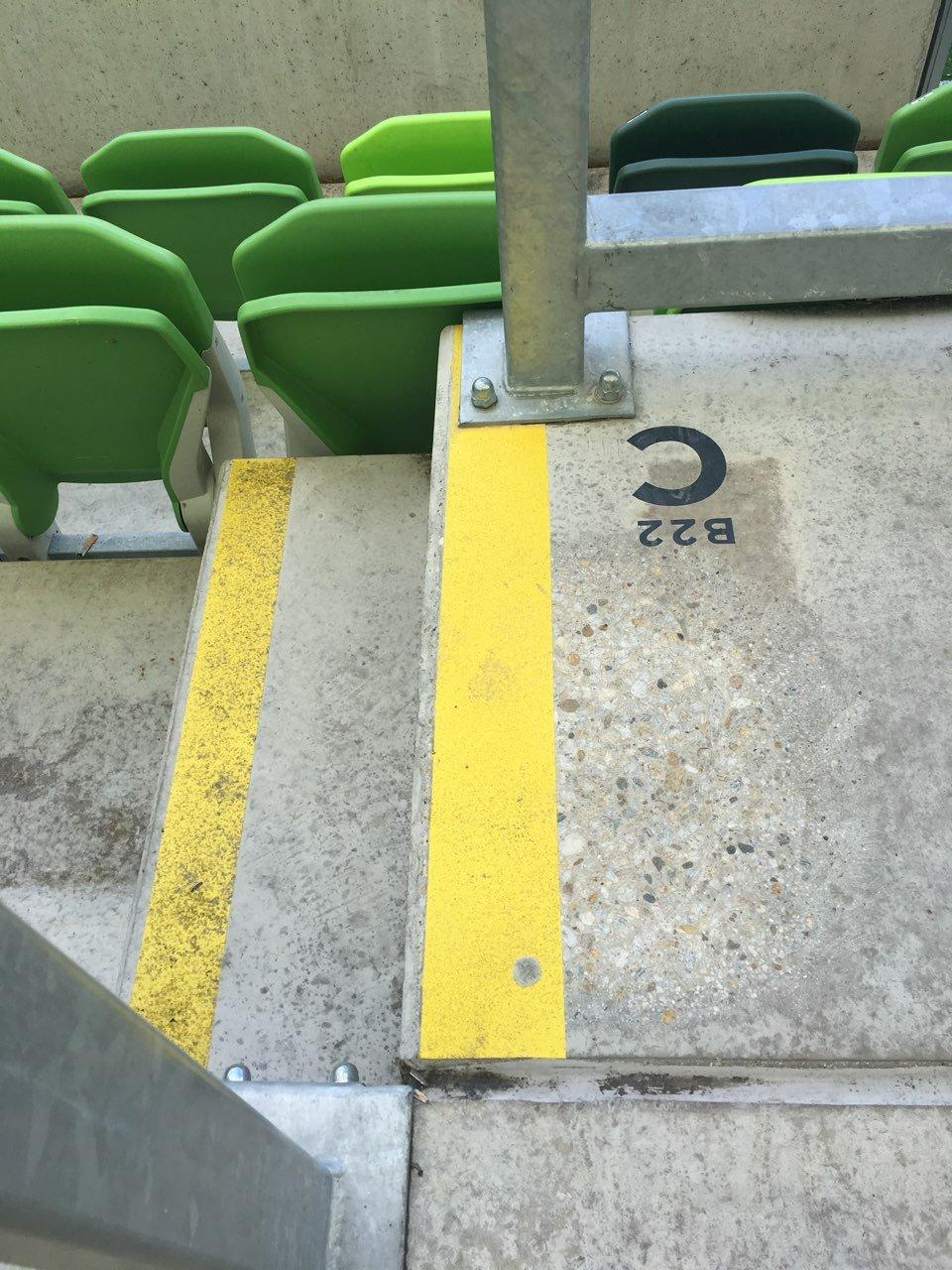 Stadion lelátó kőfelület tisztítása Rotowash ipari padlótisztító berendezéssel